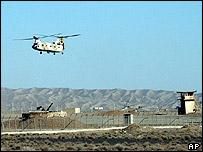 Helicóptero sobrevuela planta nuclear.