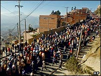Demonstrators from El Alto march toward the Bolivian city of La Paz, 6 June 2005