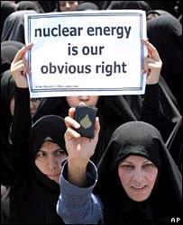 Mujer iraní manifiesta a favor del programa nuclear.
