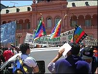 Seguidores de Evo Morales celebran su visita a la Casa Rosada.