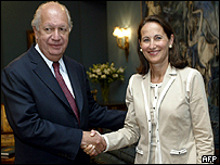 Chilean President Ricardo Lagos (L) shakes hands with French socialist Deputy Segolene Royal 09 January, 2006 at La Moneda presidential palace in Santiago.