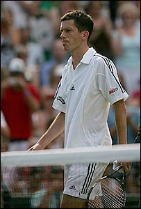 Tim Henman abandona la cancha central de Wimbledon luego de su �ltima derrota.