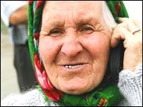 Парижка Феодосия Петрова с мобильным телефоном
