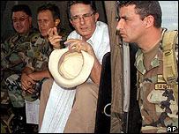 Álvaro Uribe a bordo de un helicóptero militar