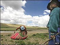 Una campesina y su hija en Villa Remedios, al sur de la Paz, Bolivia.
