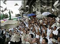 Mourners release doves at Cardinal Sin's funeral - 28/6/05