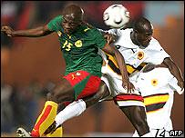 Achille Webbo, de Camer�n, se enfrenta con Joao Pereira, de Angola