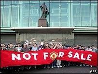 Hinchas del Manchester protestan frente a Old Trafford, estadio del equipo.