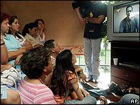 Familiares de los secuestrados observan el video en la TV en Cali, Colombia