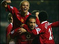 Man Utd's players celebrate Ferdinand's match-winning header