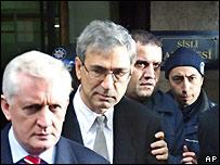Orhan Pamuk, saliendo de la sala de juicio en Estanbul, Turquía, el 16 de diciembre de 2005.