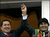 Evo Morales (r) with Venezuelan President Hugo Chavez