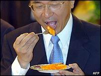Taiwan's President Chen Shui-bian eats a papaya (15/06/05)