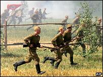 Солдаты идут в атаку во время открытия 'Линии Сталина'