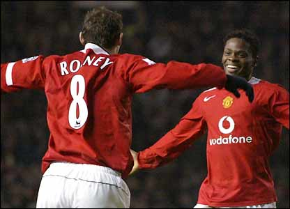 Wayne Rooney congratulates Louis Saha after his goal