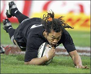 Tana Umaga goes over in the corner after Thomas loses the ball 20 metres out