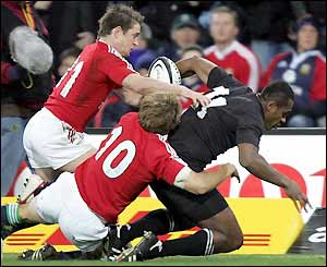 Sitiveni Sivivatu scores despite the best efforts of Shane Williams and Jonny Wilkinson