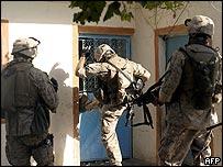 Tropas estadounidenses ingresando a la fuerza a una casa iraquí.