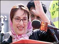 Benazir Bhutto addresses party faithful at Trafalgar Square in August 2002