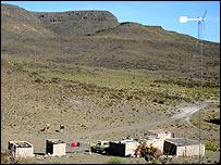 Molino eólico instalado en un caserío cercano a Chacay Oeste
