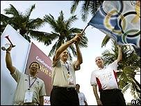El presidente del COI,  Jacques Rogge, iza la bandera ol�mpica en Singapur, donde se decidir� qu� ciudad ser� la sede de los Juegos en 2012
