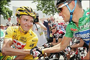 Yellow jersey holder David Zabriskie shakes Lance Armstrong's hand