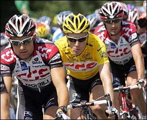 Yellow jersey of overall leader US David Zabriskie (CSC/Den) rides with his team-mates