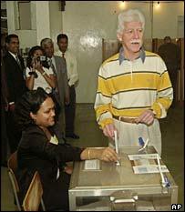 Mauritius Prime Minister Paul Raymond Berenger casts his ballot
