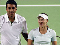 Martina Hingis (R) and Mahesh Bhupathi