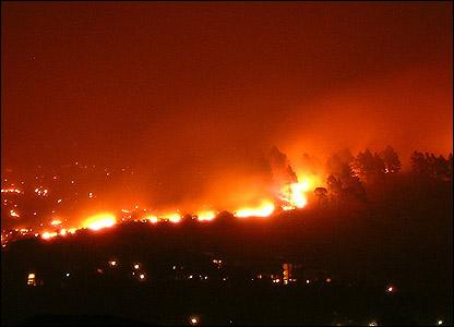 Cape Town fiery night sky [Miriam Mannak]