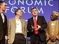De izquierda a derecha: el primer ministro de Noruega Jens Stoltenberg, el ministro de Hacienda británico, Gordon Brown, el dueño de Microsoft, Bill Gates y el presidente de Nigeria , Olusegun Obasanj