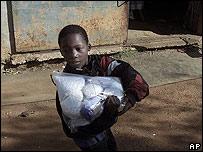 Reparto de alimentos en Sudáfrica