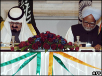 King Abdullah and Indian Prime Minister Manmohan Singh sign the deal