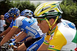 Robbie McEwen (yellow colours) keeps pace with the pack
