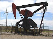 Molino eólico y bomba de petróleo en Comodoro Rivadavia