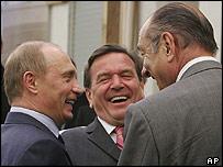 Vladimir Putin, Gerhard Schroeder y Jacques Chirac bromeando