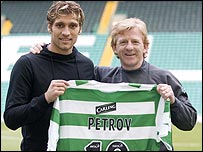 Stilian Petrov poses with manager Gordon Strachan