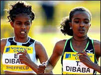 Tirunesh Dibaba (right) in action with her sister Ejegayehu