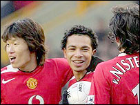 Kieran Richardson celebrates with his Man Utd team mates