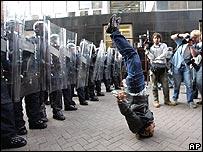 Un manifestante de cabeza frente a la policía en Edimburgo, Escocia