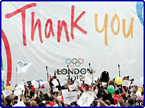 Люди, встречавшие решение МОК на Трафальгарской площади в Лондоне