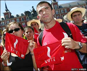 People in the Plaza Mayor in Madrid after hearing the IOC decision