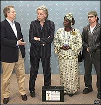 Geldof y Bono con el primer ministro británico, Tony Blair, y el Premio Nobel de la Paz, la keniana  Wangari Maathai