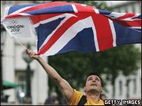 Londinense celebra el triunfo ondeando su bandera
