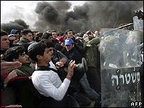Israeli settlers clash with police at Amona settlement