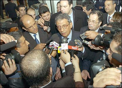Arab League Secretary General Amr Moussa surrounded by journalists