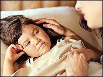 Niño enfermo cuidado por su madre