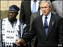 The Nigerian and US presidents clasp hands