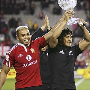 New Zealand players Jerry Collins and Rodney So'oialo hoist the series trophy aloft