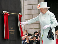 Queen unveils war memorial